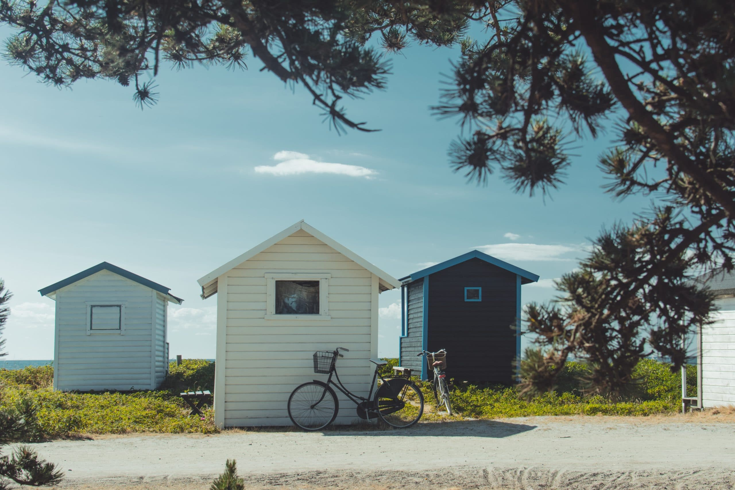 cabane en bois sur la plage normandie