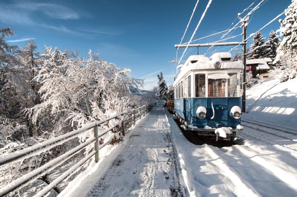 train dans les montagnes en suisse